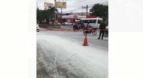 """Material peligroso"" se derrama en km 12 carretera Sánchez"