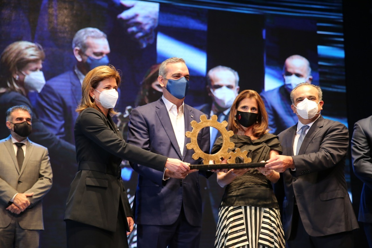 GRUPO SID recibe galardón Nacional a la Industria Dominicana