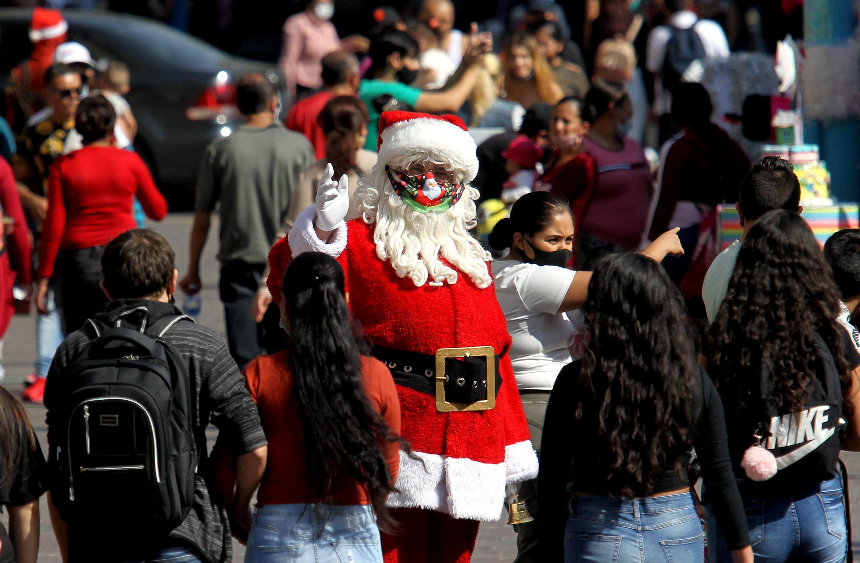 En taxi, un Papá Noel mexicano esquiva los apuros económicos de la pandemia