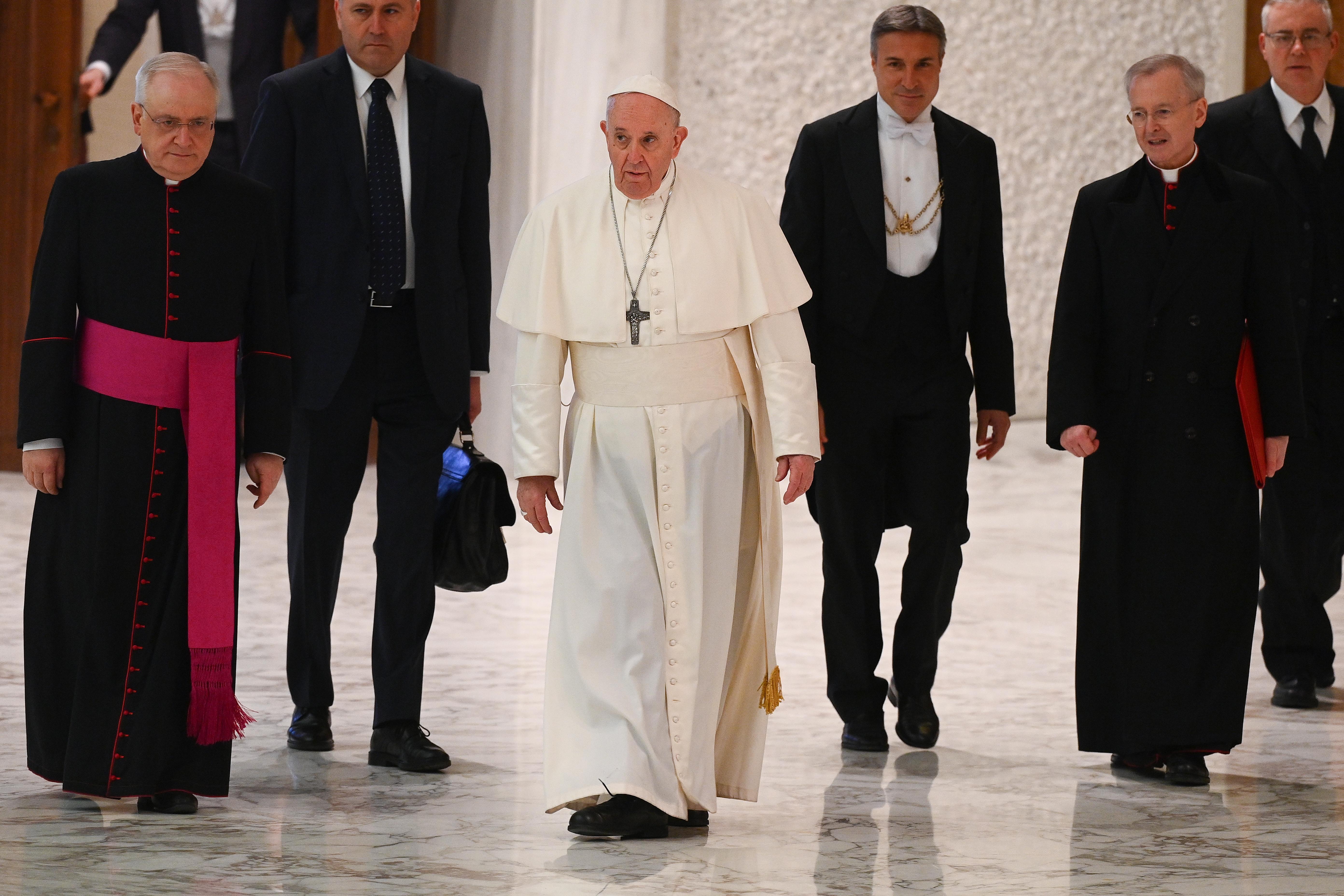 Dos cardenales cercanos al papa, positivos al coronavirus