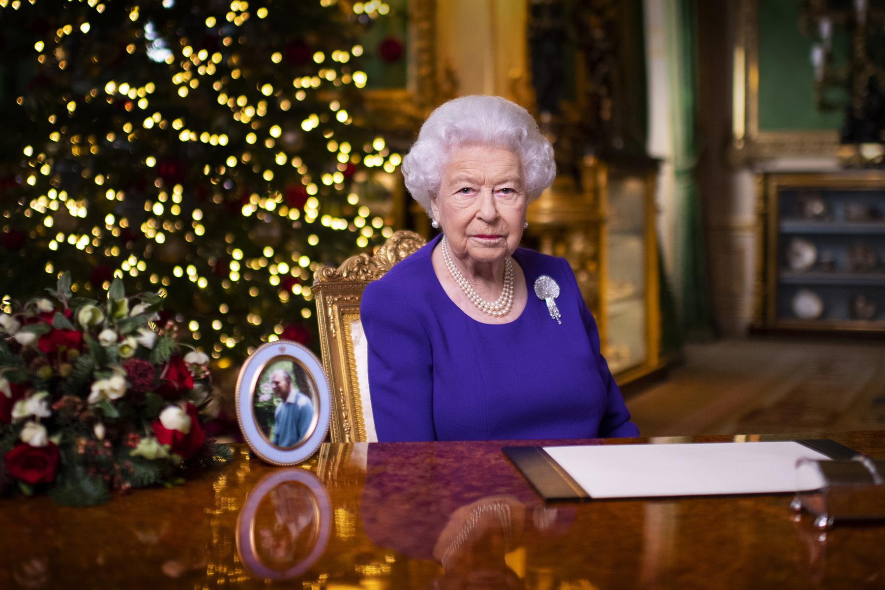 """""""No están solos"""", afirma la reina Isabel II a los británicos"""