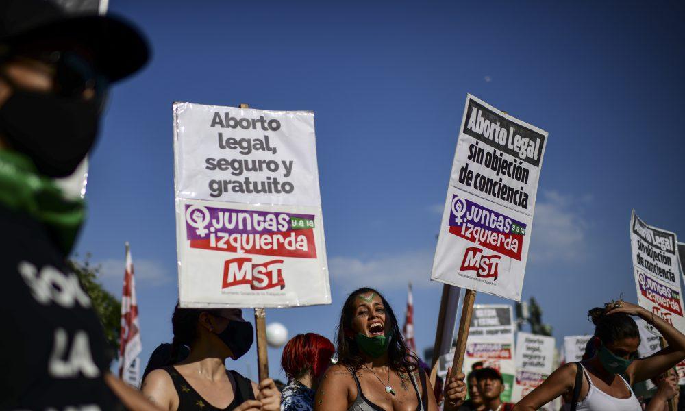 Argentina legaliza el aborto en histórica votación en el Senado