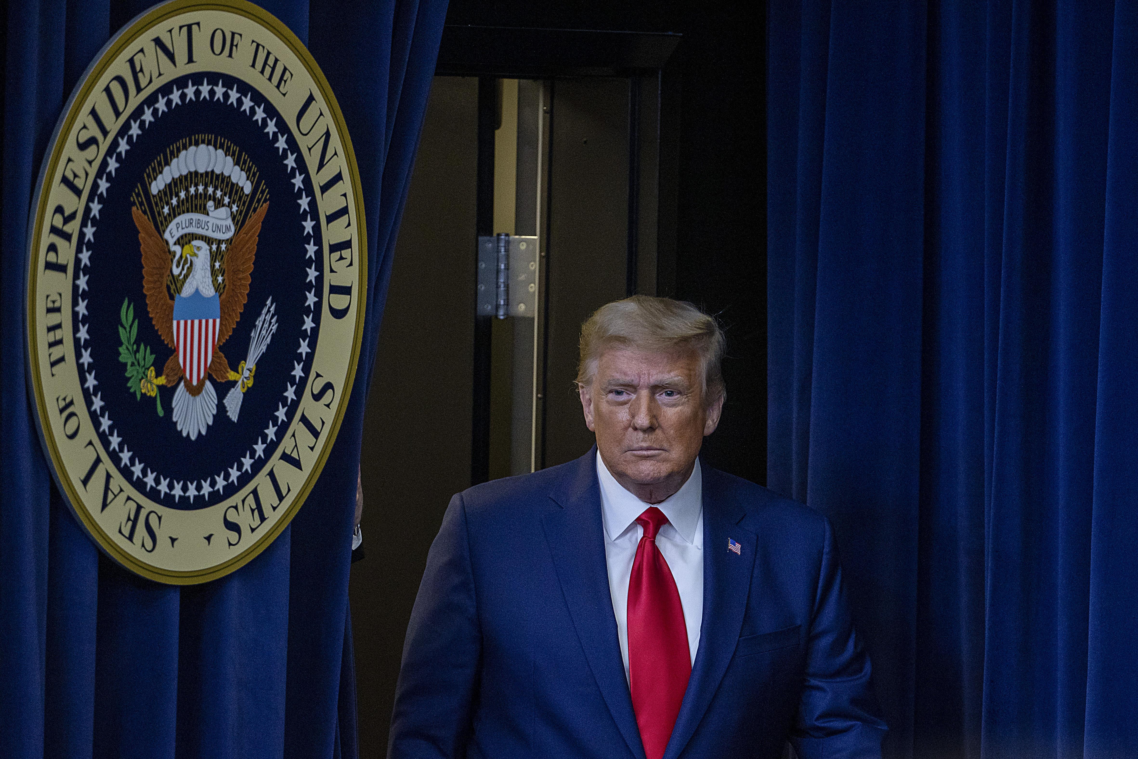 Trump firma presupuesto de una semana para evitar cierre del gobierno