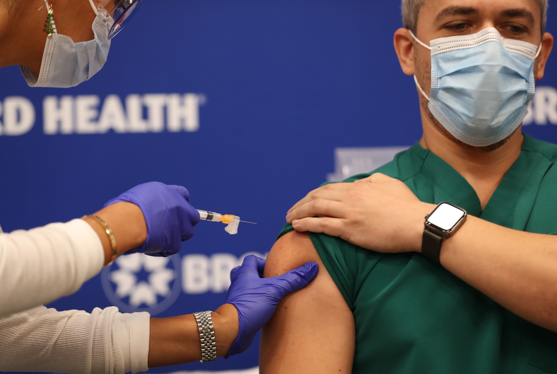 Pfizer y BioNTech estiman que su vacuna es eficaz frente a variantes del covid-19