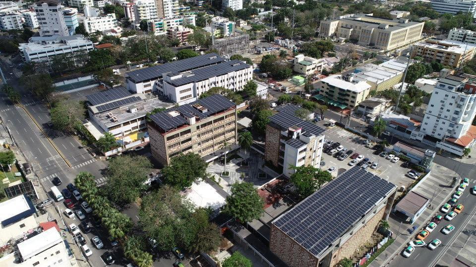 El Domínico Americano instala paneles solares en toda la institución