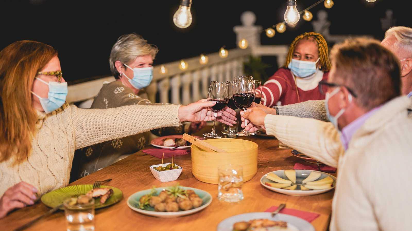 OMS pide que se use mascarilla en las reuniones familiares de Navidad