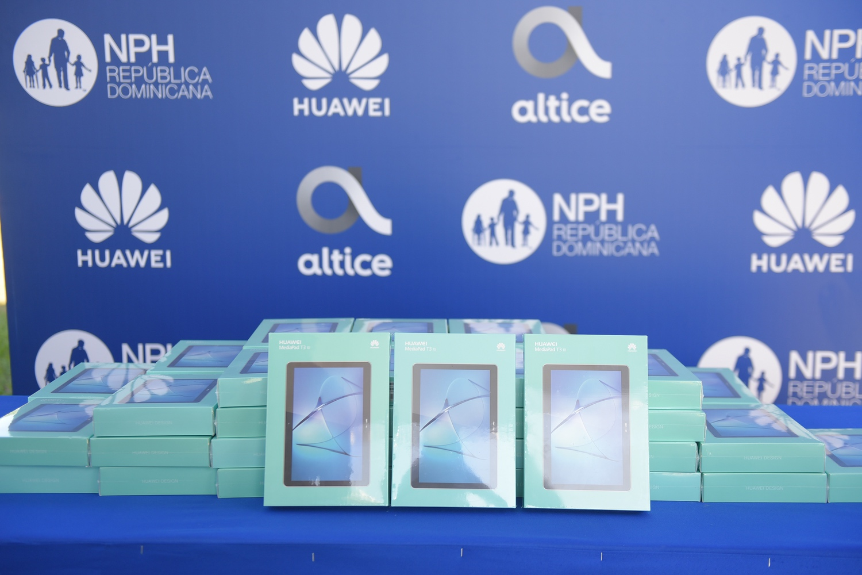 Altice Dominicana dona tabletas a niños con discapacidad de escuela en SPM
