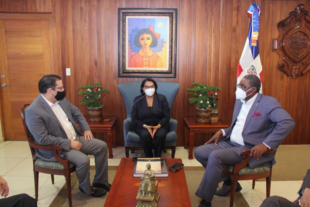 Rectora de la UASD recibe visita de director de Aduanas