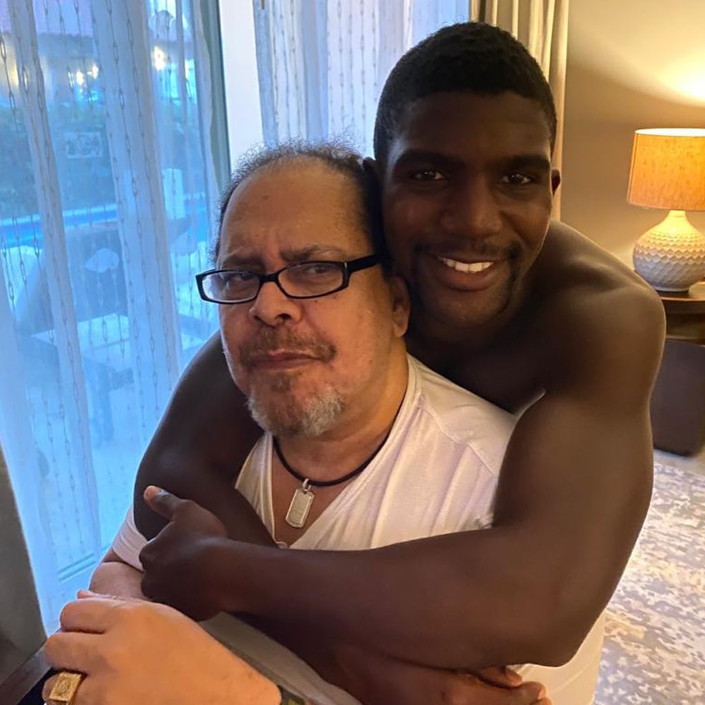 El Mayimbe felicita a uno de sus hijos por su cumpleaños