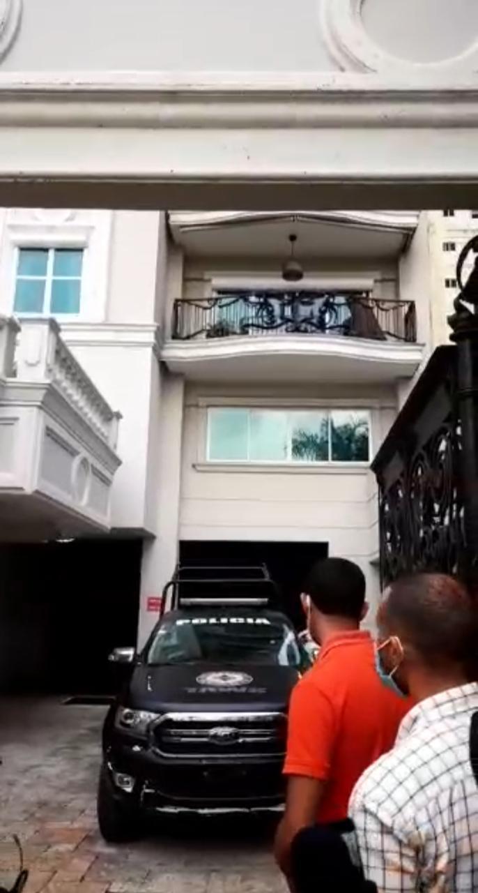 Video | Ambiente en residencia de exfuncionarios por supuesto allanamiento