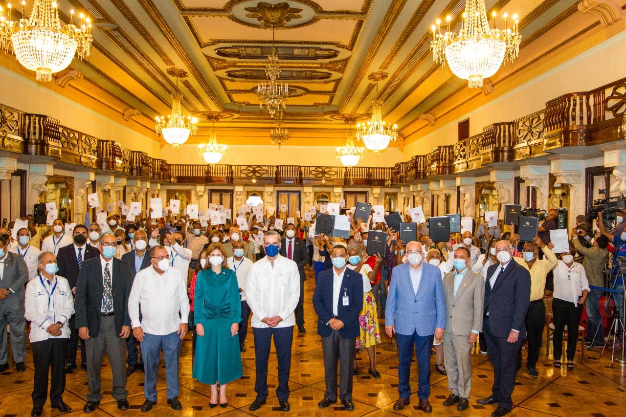 Presidente Luis Abinader entrega títulos de propiedad a 495 familias