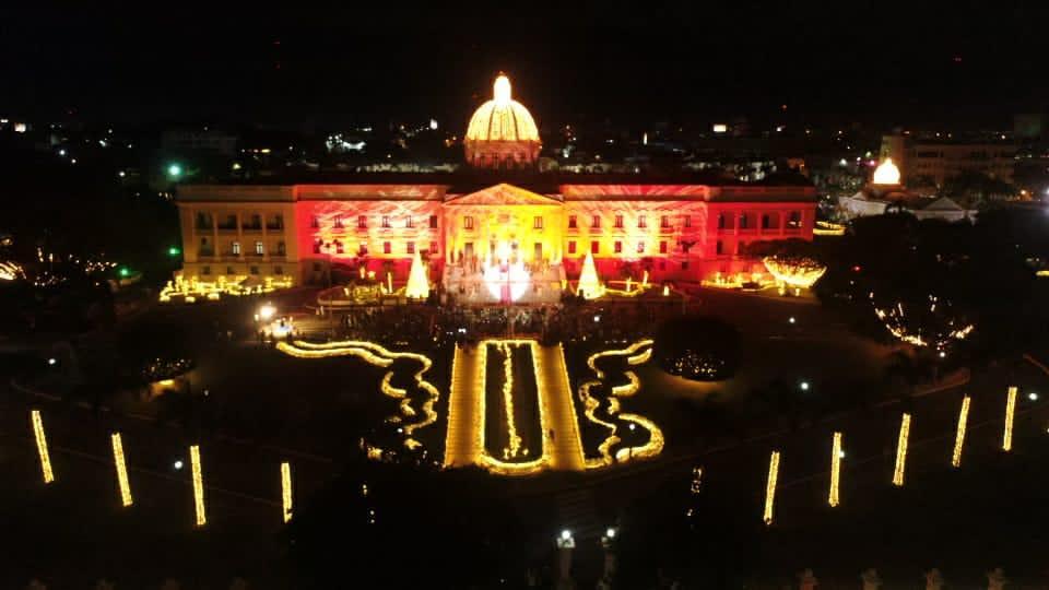 Inician Navidad con encendido árbol en Palacio Nacional