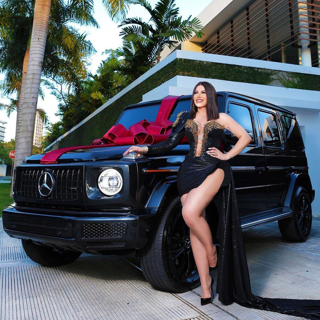 """Alexandra Hactu presume nuevo vehículo y dice """"Querer es poder"""""""