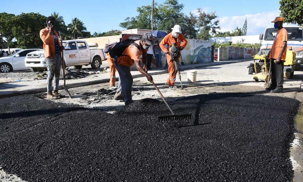 Obras Públicas inicia asfaltado y bacheo a calles de municipios Boca Chica, La Caleta y Andrés