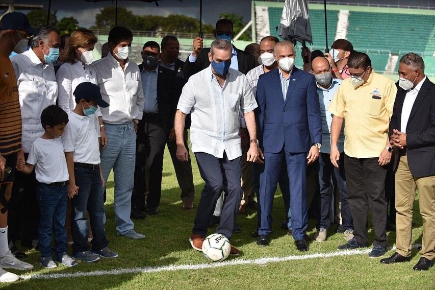 Presidente Abinader participa en victoria de fútbol de la Universidad O&M