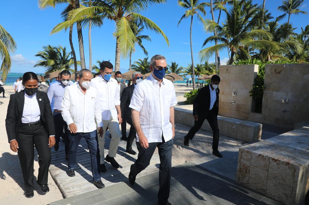 Presidente Abinader anuncia construcción de barreras contra el sargazo en Playa Bávaro