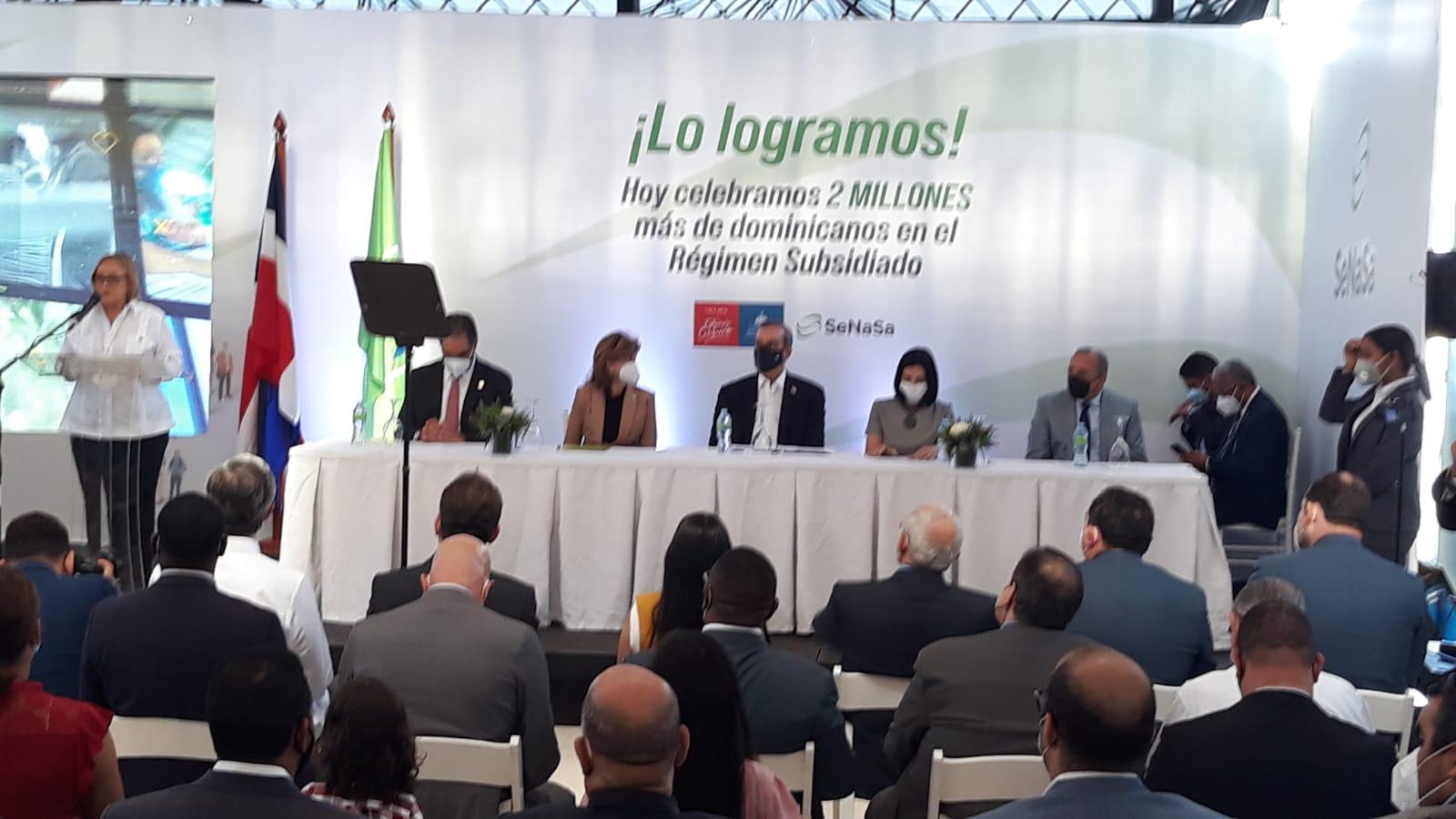 Abinader entrega acreditación de afiliación de SeNaSa al ciudadano 2 millones