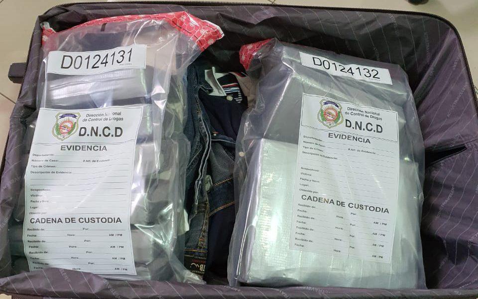 Arrestan a extranjero que intentó llevar 13 paquetes de presunta cocaína a EE.UU.