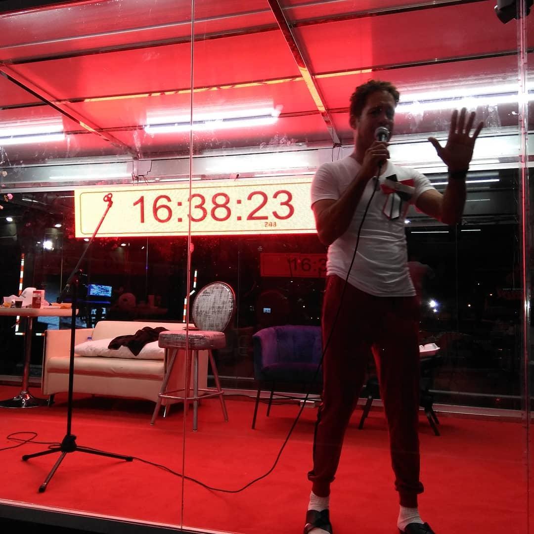 Carlos Silver lleva 16 horas cantando, tras un nuevo Récord Guinness por tercera vez