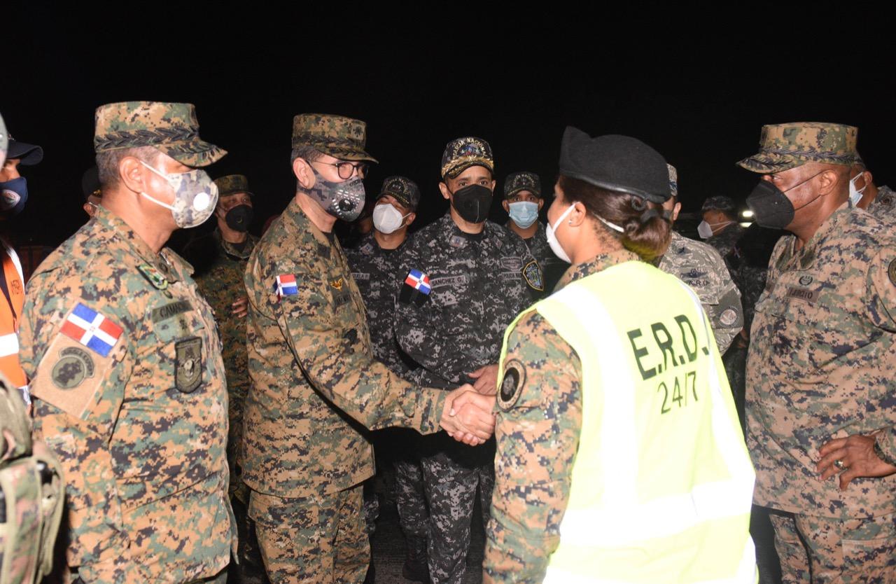 Militares y policías verifican cumplimiento del toque de queda en el Gran Santo Domingo