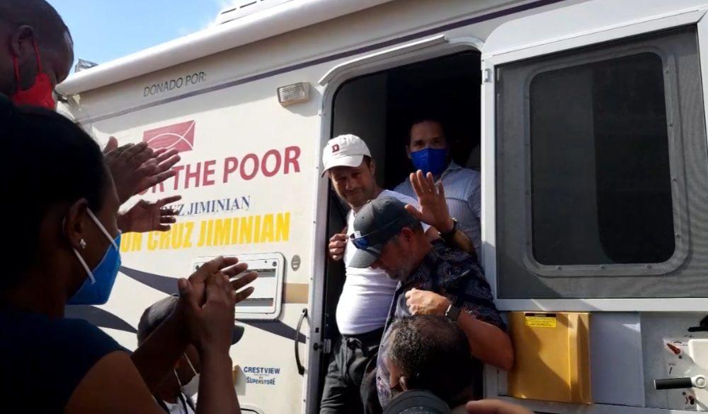 Video | Carlos Silver sale a saludar a sus seguidores en la Plaza Juan Barón, tras cantar por más de 105 horas