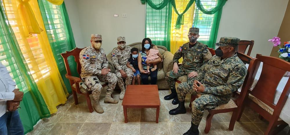 Ministro de Defensa entrega vivienda a soldado del CESFRONT en la frontera