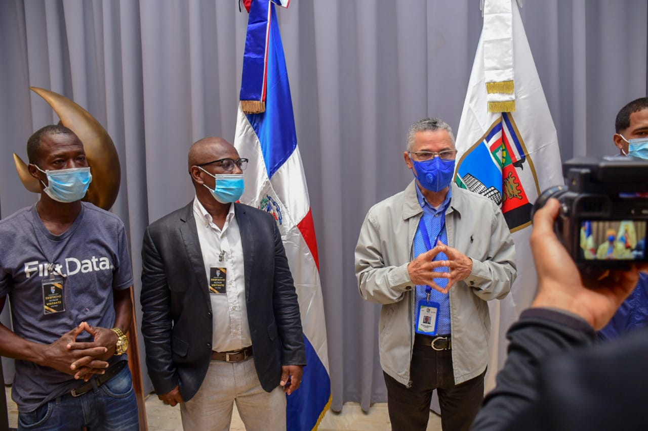 Alcalde Manuel Jiménez entrega bonos y tarjetas navideñas a regidores del ASDE