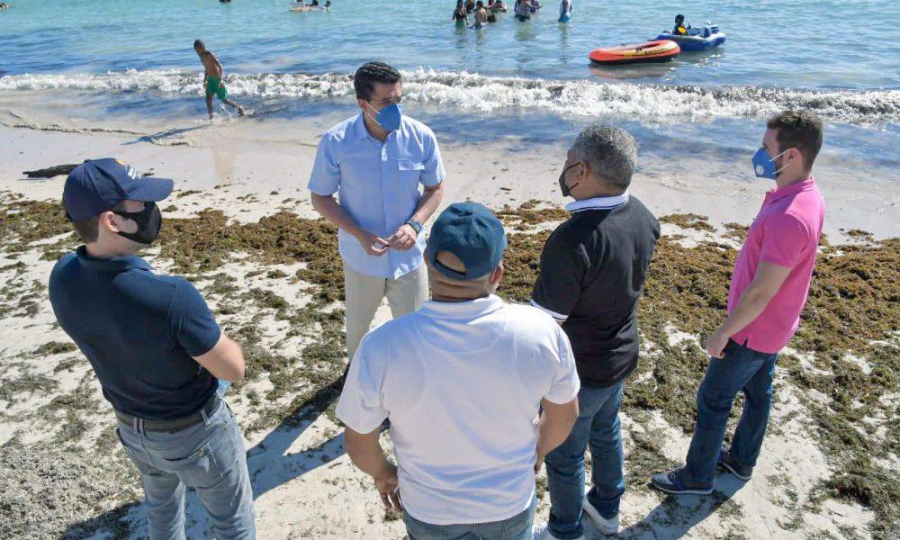 Ministro de Turismo recorre Guayacanes para evaluar situación de la playa