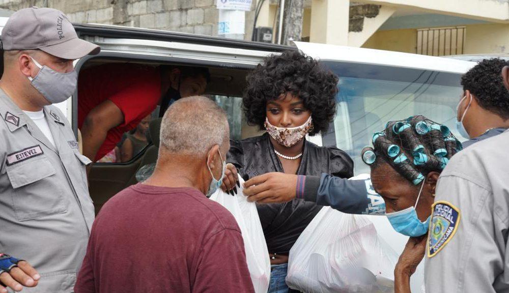 Amara la Negra entrega ayuda a 300 familias de SD por fiestas navideñas