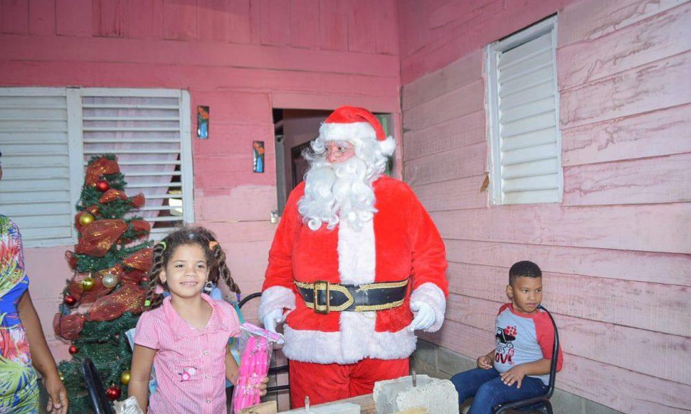 VIDEO | Santa visita a niños de Pepillo Salcedo en Manzanillo
