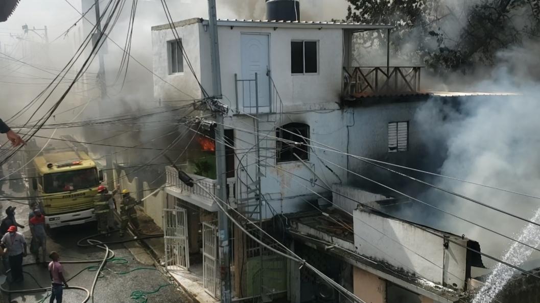 Video | Incendio afecta varias viviendas en Herrera