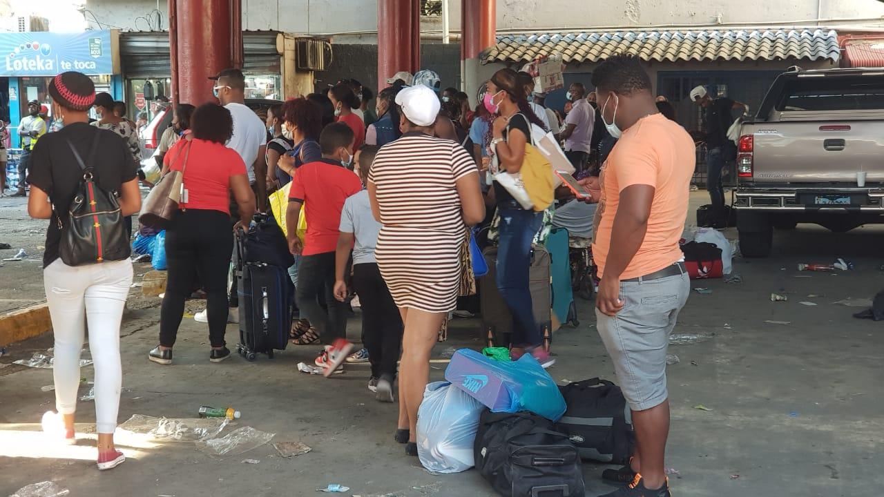 Video | Dominicanos viajan por festividades de Año Nuevo, pese a restricciones más rígidas