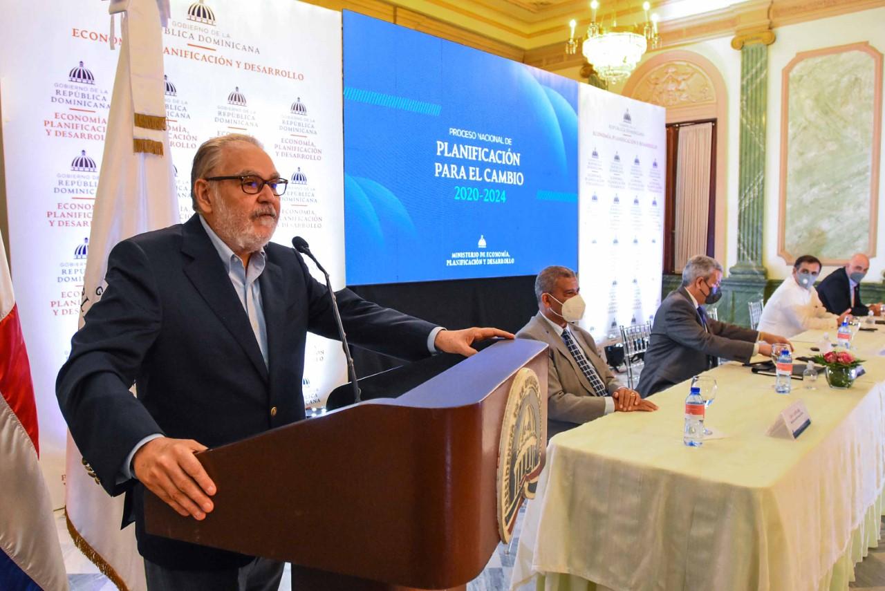 Ministro de Economía afirma COVID-19 desaparecerá algunos sectores productivos