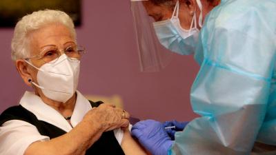 Una anciana de 96 años, primera vacunada contra el coronavirus en España