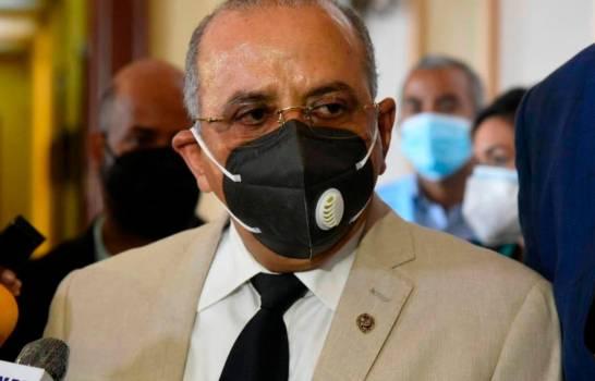 ¿Qué hace el ministro de Salud en el sexto partido  entre las Águilas y los Gigantes?