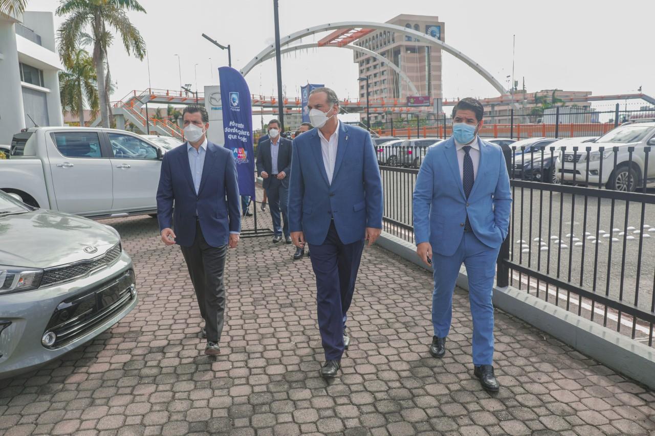 El presidente ejecutivo del BPD visita concesionarios de Autoferia Popular