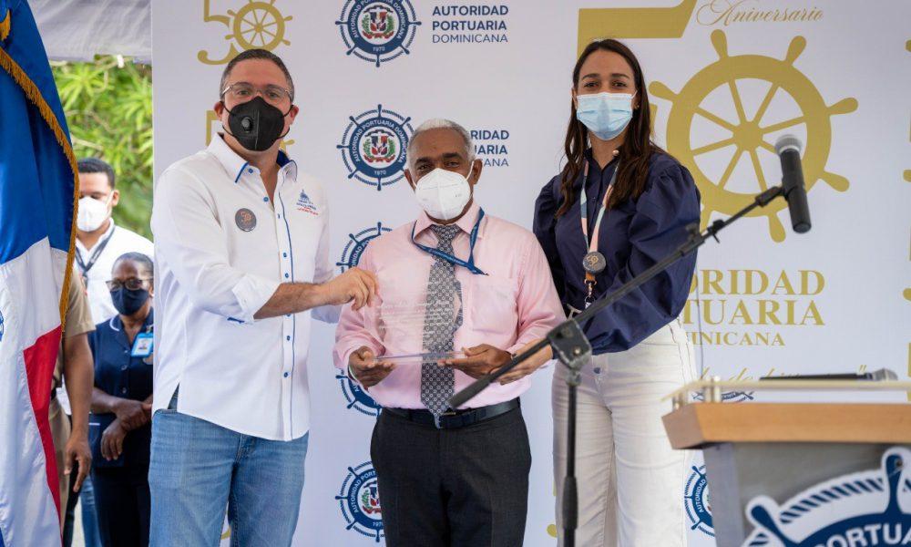 Reconocen a empleados con más de 25 años de labor en la Autoridad Portuaria