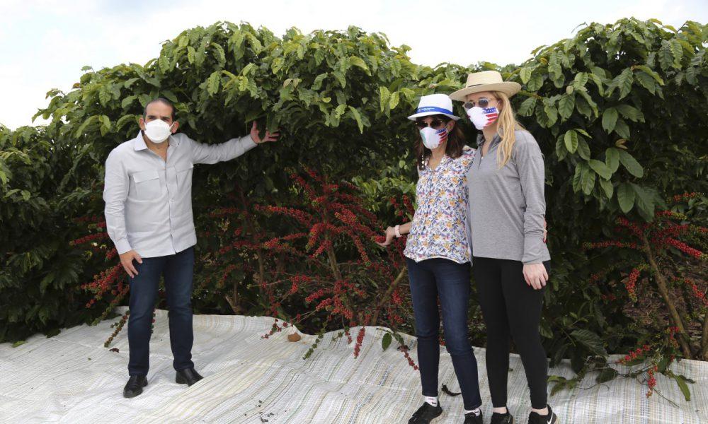 Embajadora de los Estados Unidos visita finca Agrocafé del Caribe en Hato Mayor