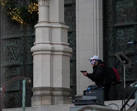 Hombre con mascarilla de bandera dominicana dispara en Catedral de Nueva York