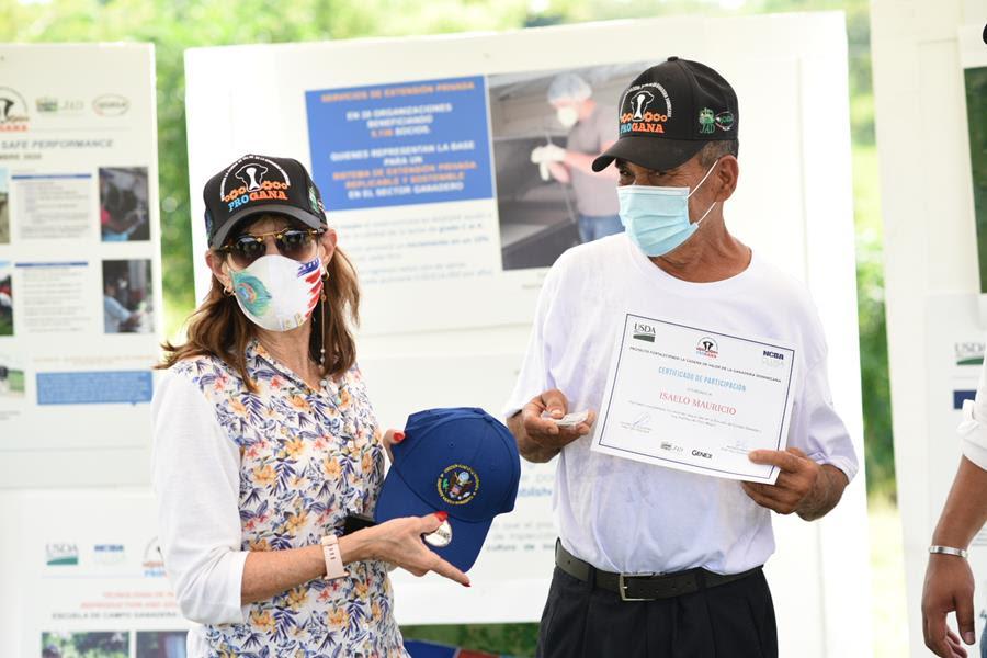 Embajadora de los Estados Unidos visita proyecto PROGANA financiado por el USDA en Hato Mayor