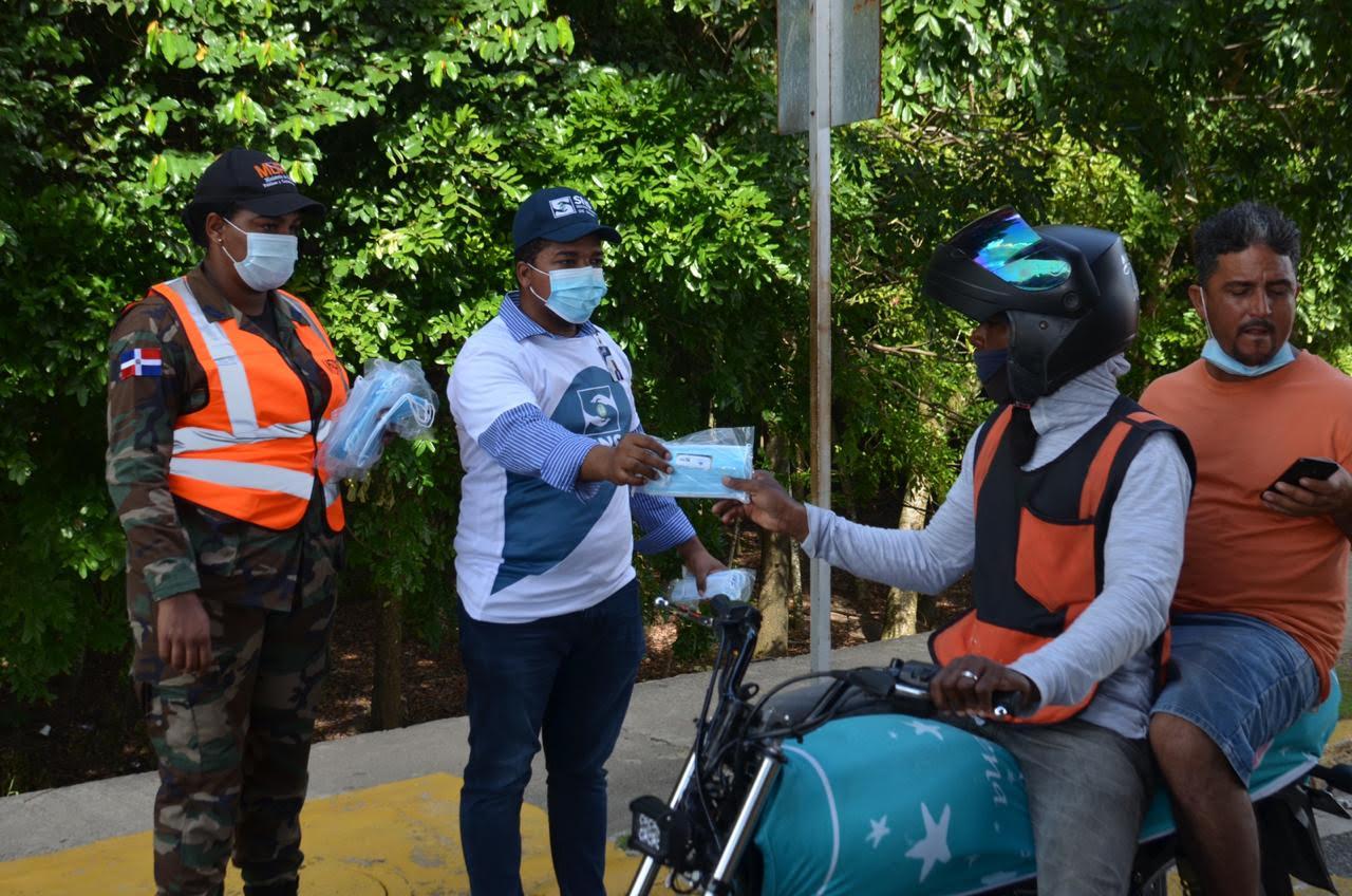 SNS y MOPC entregan miles de mascarillas en principales peajes del país