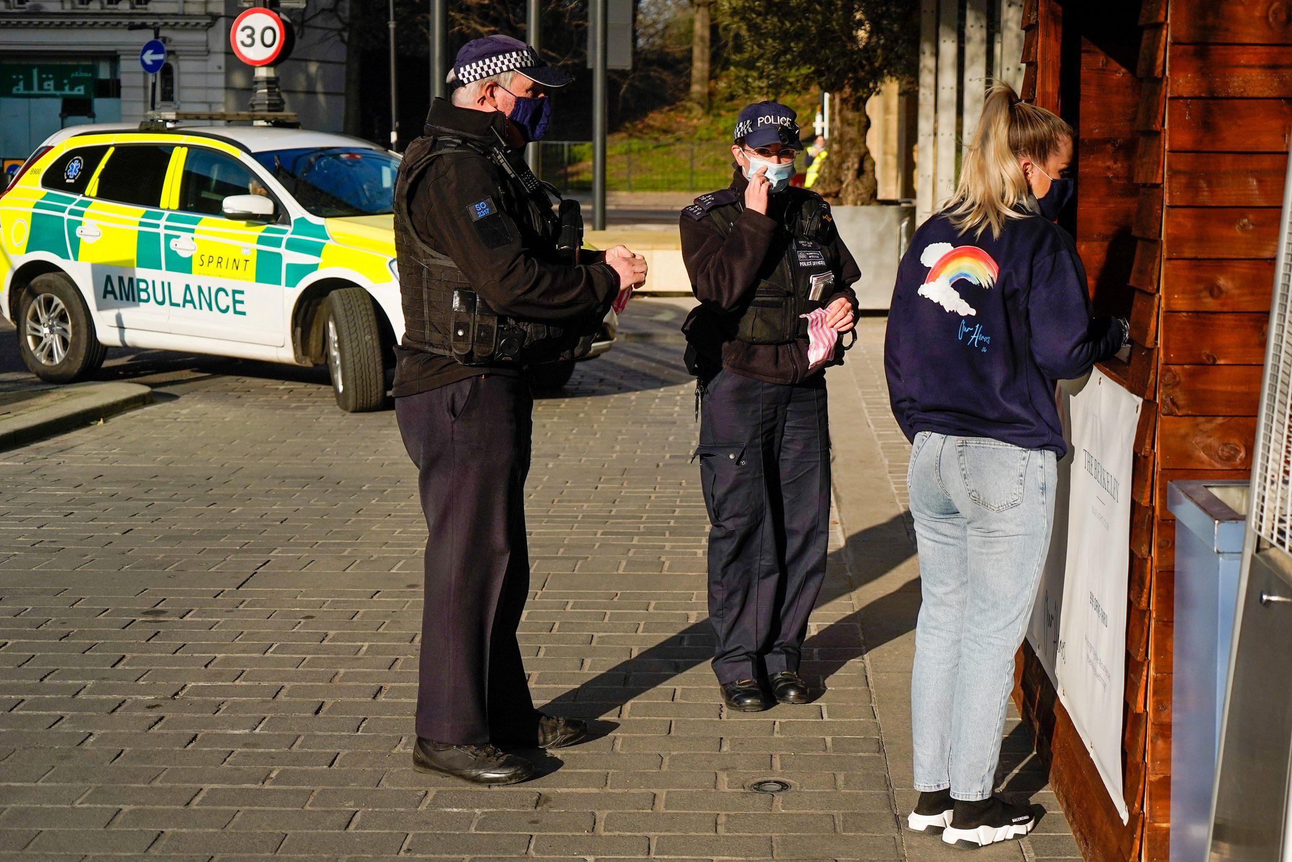 Policía de Londres busca a falso vacunador anti covid que cobró 160 libra por una inyección