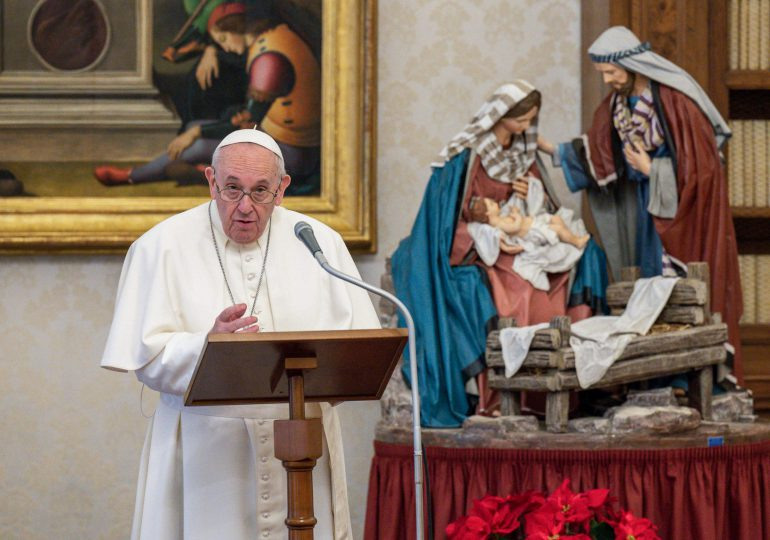 Papa autoriza que las mujeres sean lectoras y acólitas en el altar