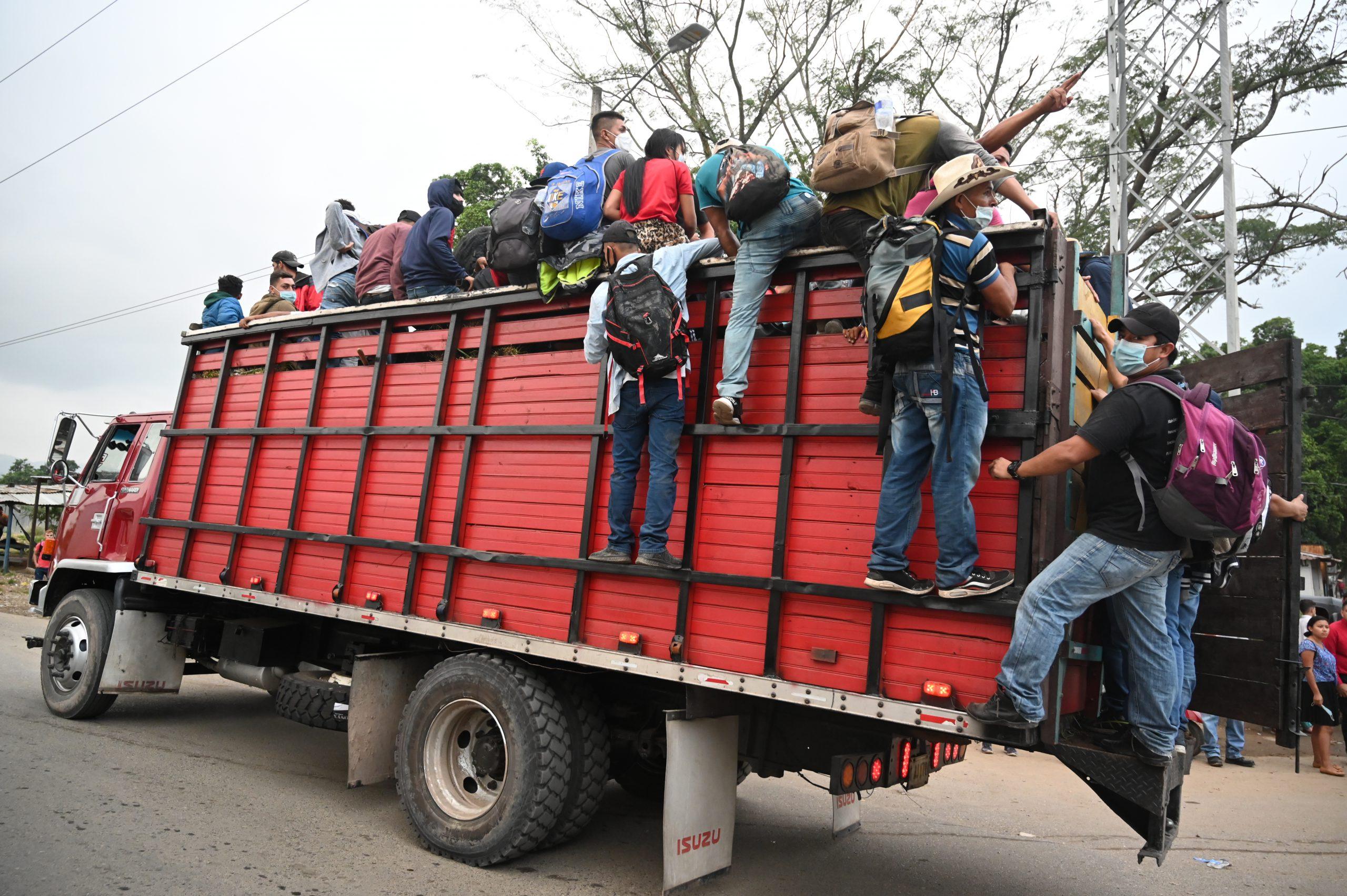 Caravana de hondureños parte hacia Estados Unidos con la esperanza puesta en Biden