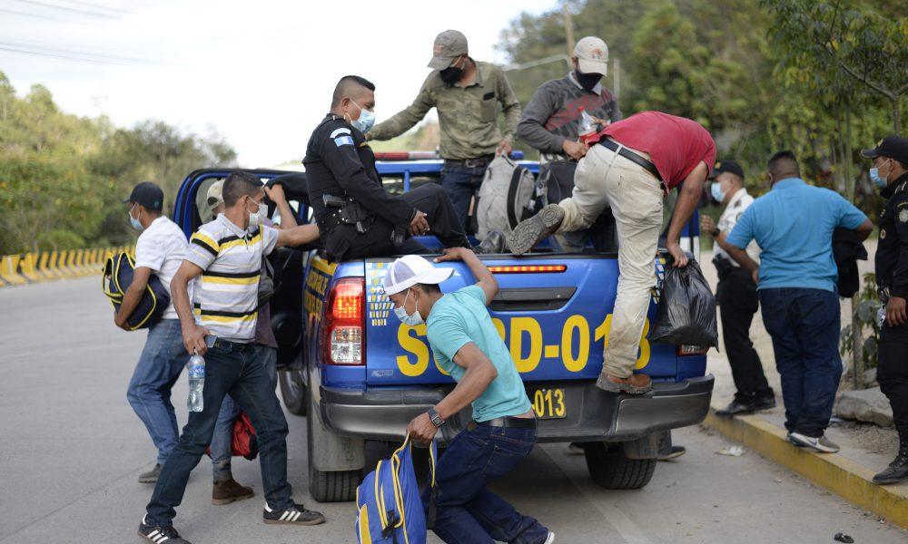Detienen a salvadoreños acusados de organizar caravana de migrantes a EEUU