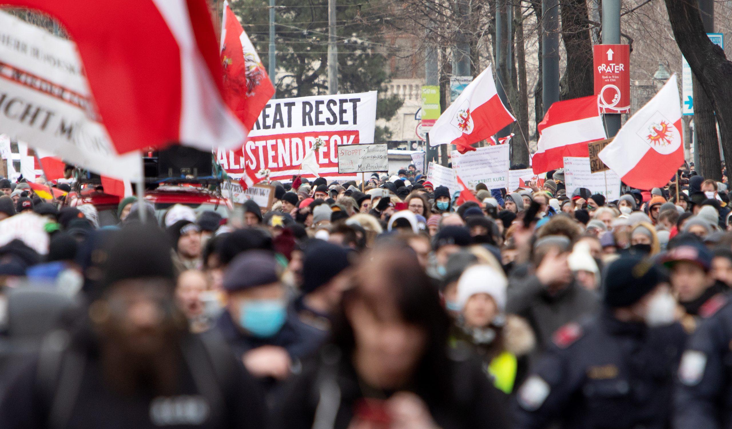 Manifiestan 10.000 personas antimascarillas en Viena