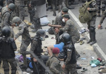 Video | Autoridades frenan caravana migrante en Guatemala con gas lacrimógeno y violencia