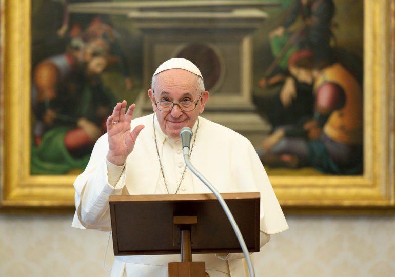 El Papa pide a periodistas que desgasten las suelas de los zapatos