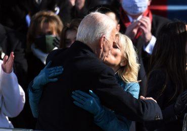 Guantes de lana y Biblia XXL entre los momentos inusuales de la investidura de Biden