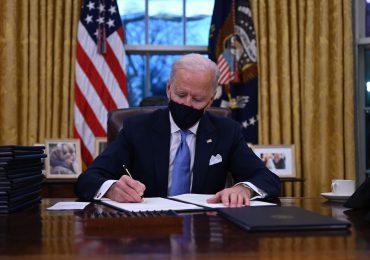 Biden firma los primeros decretos; incluye el retorno de EEUU al acuerdo climático de París y OMS